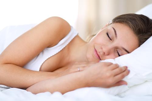 寝るときにも油断するな!バストアップの法則を知って効率的に